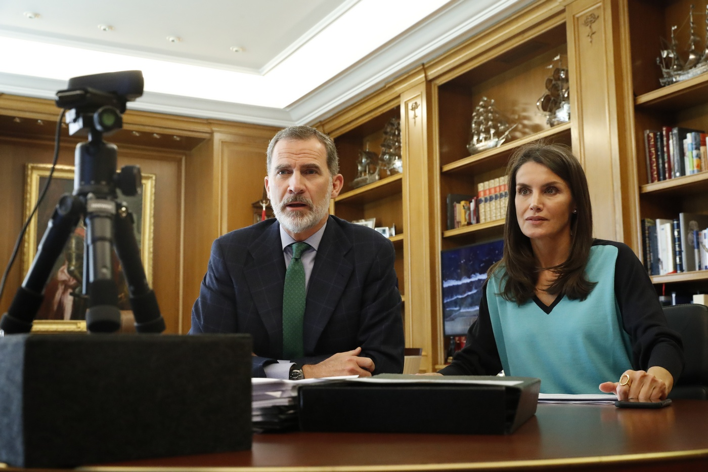 King Felipe and Queen Letizia talked to the taxi sector
